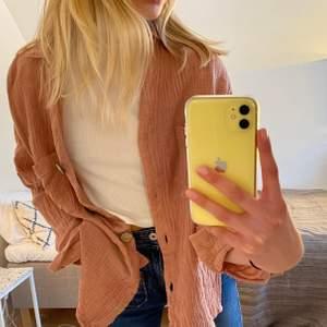 """Gammalrosa skjorta från """"sassy hillsfashion"""". Den är i ett våfflat bomullsmatrial och har träknappar🤩 Den är i st 10, vilket motsvarar M. Men den sitter oversized och snyggt på mig som är S/ XS. Skjortan är i ett väldigt bra skick! Priset kan diskuteras 🤩‼️"""