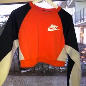 Super fin knappt använd Nike croppad sweater. Inte så tjock i materialet så har använt på sommar kväll. Passar Xs-S🧚🏻♀️💜