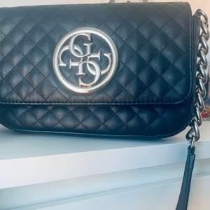 Guess väska 🖤 säljer pga att den inte har kommit till användning typ 2 ggr annars är den i jätte bra skick 🖤 skriv pm vid intresse med bud😃