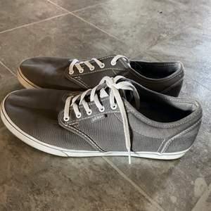 Gråa vans skor som är använda 1 gång och är i storlek 39! Riktigt skön men kommer inte till användning tyvärr!