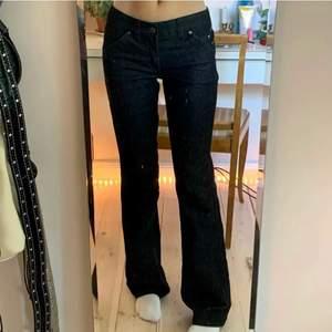 Assnygga lågmidjade jeans typ lite grå svarta💗köpta här på plick och dom var tyvärr försmå, därav lånade bilder🌸köparen står för frakt🌸innerbenslängd 83