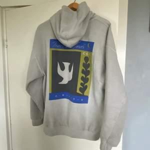 ljusgrå hoodie från urban outfitters med skitcoolt tryck på ryggen och tryck på bröstet. storlek S men passar mig bra som är 178 så skulle säga M. skriv om ni vill ha fler bilder eller om ni har ett bud