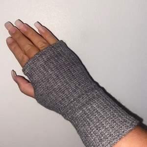 Vi kommer börja sälja våra egna tillverkade handledsvärmare eller även kallade torgvantar. Vi kommer sälja svart och gråa i one size. 1 par för 149kr och 2 för 279kr :)