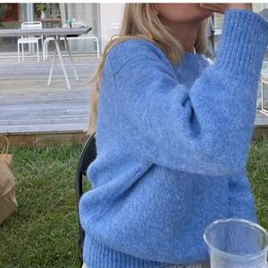 Säljer mina super fina blåa stickade tröja som är slutsåld från zara, passar perfekt nu till hösten💖lånade bilder💖tröjan är i väldigt bra skick och är inte alls mycket använd