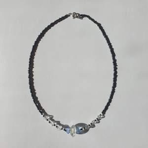 Handgjort med glaspärlor <3 superfin mörkblå skimrande färg som passar med jeans eller vitt, når ner till nyckelbenen ungefär