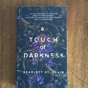 A touch of darkness bok av Scarlett St. Clair. Populär bok på booktok. På engelska. För mer info kontakta!