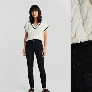 Svarta skinny jeans från Gina tricot. Säljer för att jag inte använder denna modellen på jeans längre. Jätte lätta att styla, använda en del men inga fläckar osv så ändå i bra skick😍