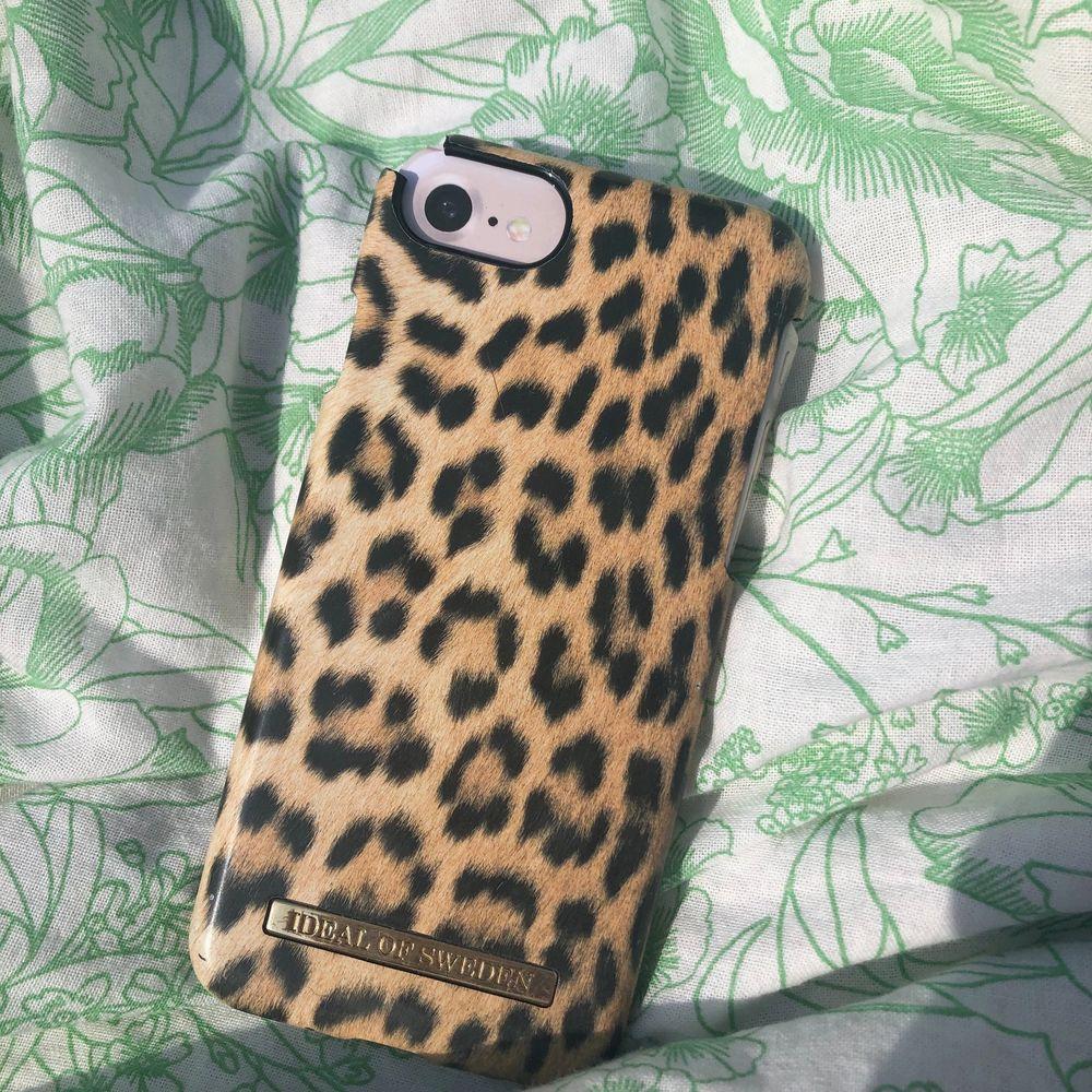 Fint mobilskal med leopard mönster från ideal of sweden lite söndrigt vid kanten kolla på min profil för mer mobilskal💞😊 (frakt priset står nedanför). Accessoarer.