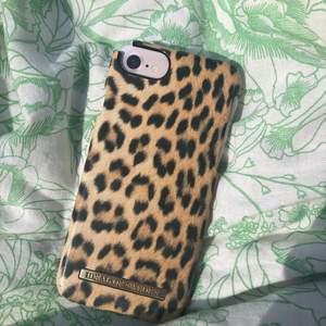 Fint mobilskal med leopard mönster från ideal of sweden lite söndrigt vid kanten kolla på min profil för mer mobilskal💞😊 (frakt priset står nedanför)