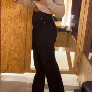 Säljer dessa jättefina blekta svarta jeans från weekday. Köpte i somras men knappt andvända! Storlek 25 30 men skulle säga att de motsvarar 34/36. Är 168cm och de sitter bra på mig i längden😍