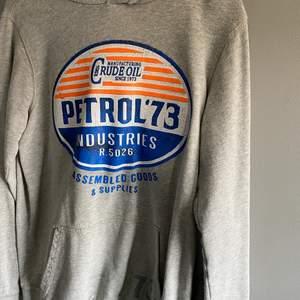 Tunn hoodie, med ett coolt tryck. Knappt använd. NYPRIS: 799kr.