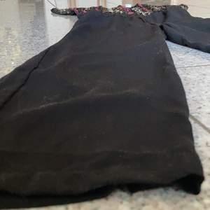 (se bild 2 för bild på hela dressen).                        Denna dress är festlig och fin och kan användas vid många tillfällen. Ex. nyår. Dressen är ca 1-2 år gammal och kommer från Lindex. Paljetterna på överdelen är i rosa, svart och silver/vit. Använts vid 2 tillfällen, tvättad 2 gånger.