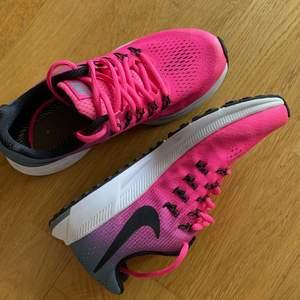 Helt nya och oanvända Nike Zoom Pegasus 33. Köparen står för frakten. Nypris: 1195kr. OBS innersula saknas.