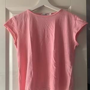 Basic fin rosa tshirt, köpare står för frakt