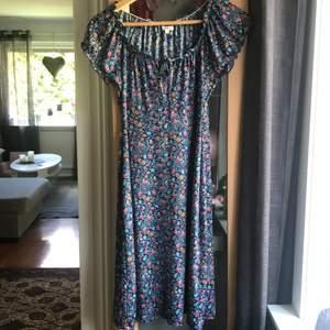 Jätte fin klänning i storlek 32/34.95% polyester 5% elastan. Härligt material inför sommaren. Skickas spårbart. Samfraktar.
