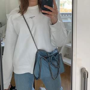 Intressekoll på mina vita acne sweatshirt, storlek L och jag har vanligtvis storlek S.