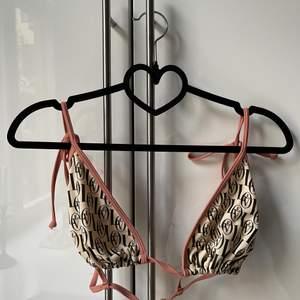 Super fin knappt använd Bikini topp med rosett snörning på axlarna Strl 42. Helt oanvänd Bikiniunderdel i strl 42. (Kan köpas separat)