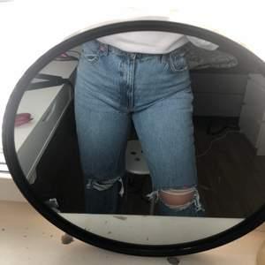 Ett par jeans ifrån zara med slitna knän                     Jag köpte en storlek större än vad jag har men satt inte som jag ville runt midjan och därför säljer jag dem. Passar dock säkert någon som är storlek 40 vanligtvis! Sitter jättebra i rumpan och kostar 399 kr nya. Jeansen är använda endast en gång