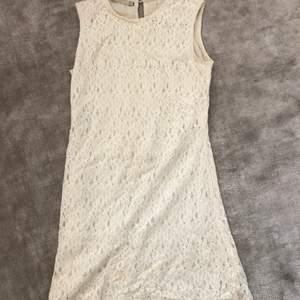 Jättefin delikat vit kort fitted spetsklänning. Inte genomskinlig då den har ett vit undertyg! Använd en gång perfekt till studenten eller likande. lite tretchig och superfin detalj vid halsen baktill. Vid frågor är det bara att skriva ! 💞