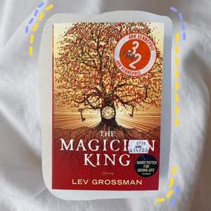 köpt den några år sedan och har bara suttit på min bokhylla :( har aldrig läst den förut då den är nästan helt ny :D 💕 DM mig för frågor :)