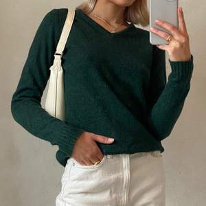 En supermjuk stickad tröja, sticks inte alls. Den är använd men har fortfarande mycket kvar att ge🤍