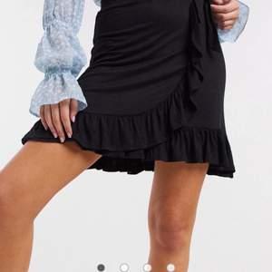 En superfin och skön kjol till sommaren. Säljer då jag inte anvdänt den all, prislappen finns kvar. Kan skicka fler bilder om det önskas. Köparen står för frakten! 🖤