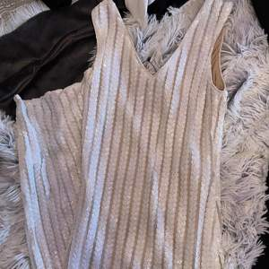 Säljer en helt ny klänning från Boohoo i strl 36. Klänningen har även slits på en sidan