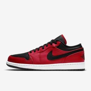 Säljer dessa helt oanvända Nike Air Jordan 1 low i storlek 38,5. Köpte dessa från Zalando och har endast provat de inomhus en gång. Kartongen kommer med. Slutsålda överallt.