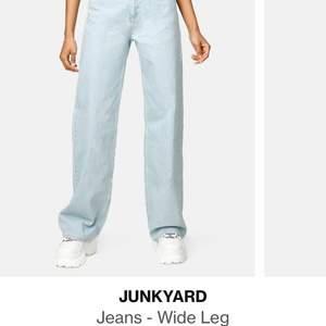 Hej! Säljer mina junkyyard jeans nu! Dom är använda men i nyskick och finns inget fel alls på dom. Dom är uppsydda ca 4 cm och passar någon som är 150-165cm skulle jag gissa på, säljer pga att dom tyvärr inte kommer till användning mer🥺 Nypriset på dom var 500kr och säljer dom för 150kr+frakt, men priset är diskuterbart vid intresse.skriv gärna om ni har fler frågor eller vill ha fler bilder💓💓👍🏻