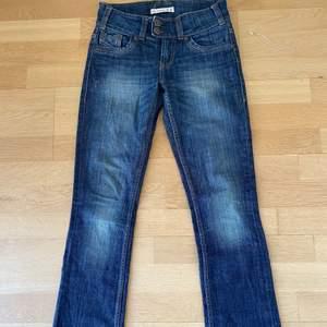 Säljer dessa super fina lågmidjade jeans jag köpte på secondhand men tyvärr inte passar mig. Färgen är lite mörkare i verkligheten än på de sista bilderna. Midjemått: ca 72cm Innebenslängd: ca 78 cm!