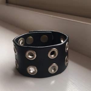 """Ett coolt, """"punk armband"""" med ringar. Går att reglera storleken vilket man kan se på sista bilden:) Det har lite smått slitage men är väldigt häftigt! Säljer då jag inte använder den längre :/ Om man rullar ut den är den ca 22 cm lång."""