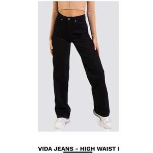 Säljer ett par vida jeans från Madlady, aldrig använda pga för stora på mig. Strl W36 L32. Pris kan diskuteras