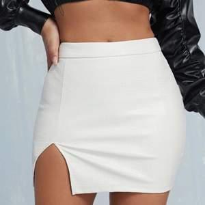 Säljer denna snygga vita kjol i fuskläder då jag råkade beställa dubbelt! Köpare står för frakten