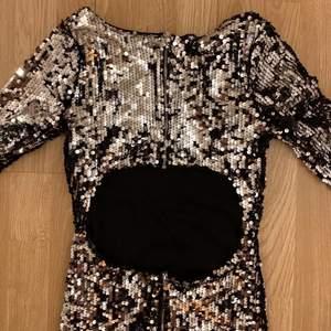 Säljer denna glittriga klänning från bikbok. Använd fåtal gånger så är i jättebra skick 💖💖Hör av dig i dm om du skulle vara intresserad 🥰
