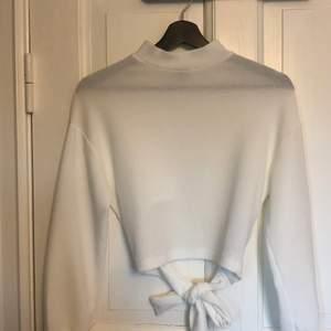 Jättefin vit tröja med knyte i ryggen från Gina Tricot. Den är i storlek XXS men funkar även för XS och S (något kort i ärmarna dock). Knappt använd så i mycket fint skick. Köparen står för frakten!