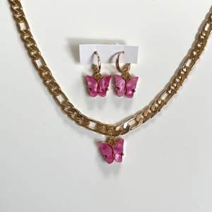Säljer detta rosa smycke set med fjärilar och guldig kedja. Helt nytt, alltså inte användt! GRATIS FRAKT❗️