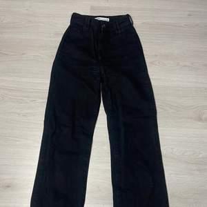 Raka svarta zara jeans som är insydda i midjan, gylfen är lite trasig men funkar ändå!