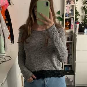 Säljer denna gråa tröjan från H&M i storlek M. Tröjan har spets längst ner. Använd ett fåtal gånger och är i fint skick. Säljs för 50kr plus frakt
