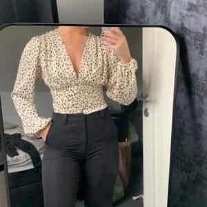 Säljer denna blusen från Gina tricot i storlek XS då jag inte fått användning för den sen ja köpte den, därav att prislappen sitter kvar.