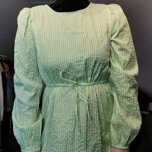 Gingham rutig klänning! Helt oanvänd med lappen kvar! Från Monki förra sommaren 🍏