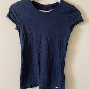 Marinblå t-shirt från Hollister i storlek xs. Liten logga längst ner.