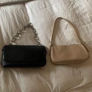 Säljer dessa två supersnygga trendiga väskor i nyskick, den svarta är från NELLY och den beiga från Gina🥰 säljer båda för 170kr och en för 100kr🤩