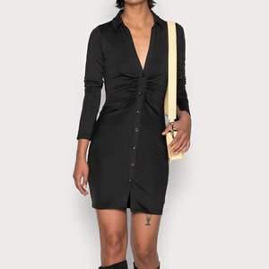 Säljer denna super snygga och sexiga svarta klänning med knäppning, krage och snyggt rubbat framtill 🤩 Säljer pågrund av att den inte kommit till användning, har endast använt en gång. ❤️ storlek xs men passar small och medium lika bra. Skriv för bättre bilder