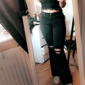 Bootcut jeans me hål på knäna, strl M/L är osäker på längd och så men är själv 169 och dom sitter högmidjat på mig slutar vid fötterna