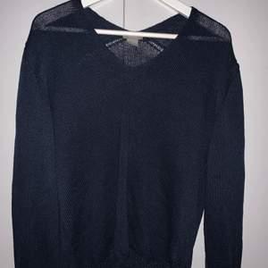 Stickad tröja som är blå, inget fel på den utan säljs pga växt ur den, men skit snygg på och går att matcha till allt😍 Storleken är M men passar mig som S också