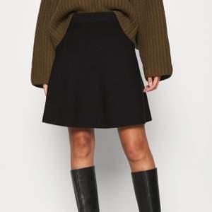 Svart kjol från second female. Aldrig använd, fortfarande prislapp kvar. Storlek XS/34, men lite store i storlek. Inte mina bilder.                           Nypris: 945