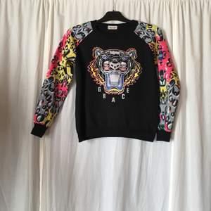 """Sååå snygg tröja som tyvärr har blivit för liten för mig! Köpt för längesedan på en webbshop som hette Badgaldo.se som är nedlagd nu, står """"MUZICUN"""" på lappen inuti så antar att märket heter så. Står ingen storlek i men jag skulle säga att den passar dig som är en XS alternativt S om du inte har så stor byst."""