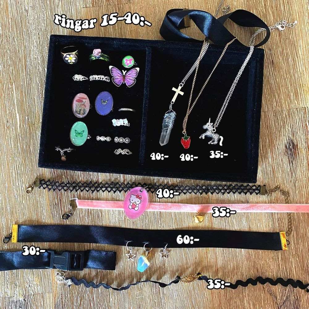 Alla smycken på bilden är till salu, de flesta är hemmagjorda 🦋 Priserna finns på bild ett och två, men skriv om ni har frågor ✨ Frakt på 12:- tillkommer. . Accessoarer.