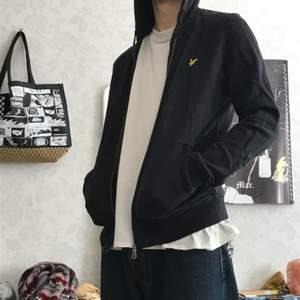 Svart Lyle & Scott zip hoodie, strl S