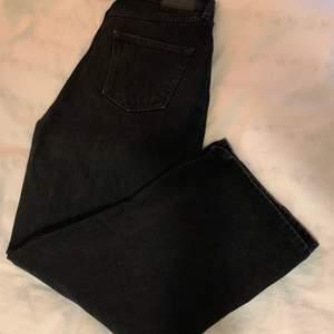 Svarta Monki jeans modell Mozik. Ordinarie pris: 400 kr säljer för: 150 + frakt 💖